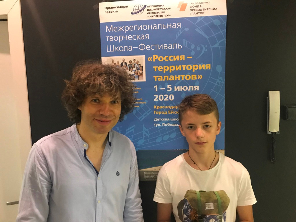 Илья Аверин и Родион Замуруев с афишей 3
