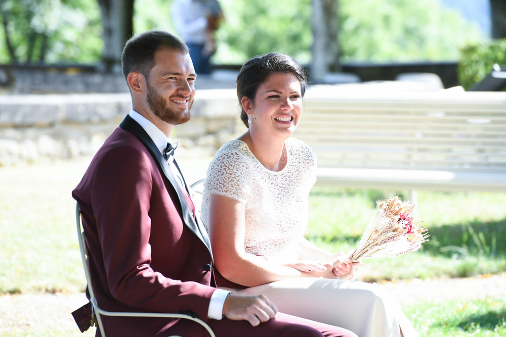Couple de mariés enlacés pendant la cérémonie laïque de leur mariage