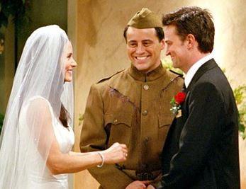 Monica et Chandler de la série Friends lors de leur mariage officié par Joey