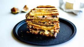 Karštas sumuštinis su brie sūriu ir figomis