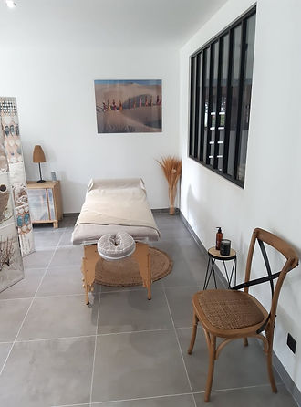 Prise de rendez vous à l'institut de massage dans un espace relaxant à la décoration apaisante.