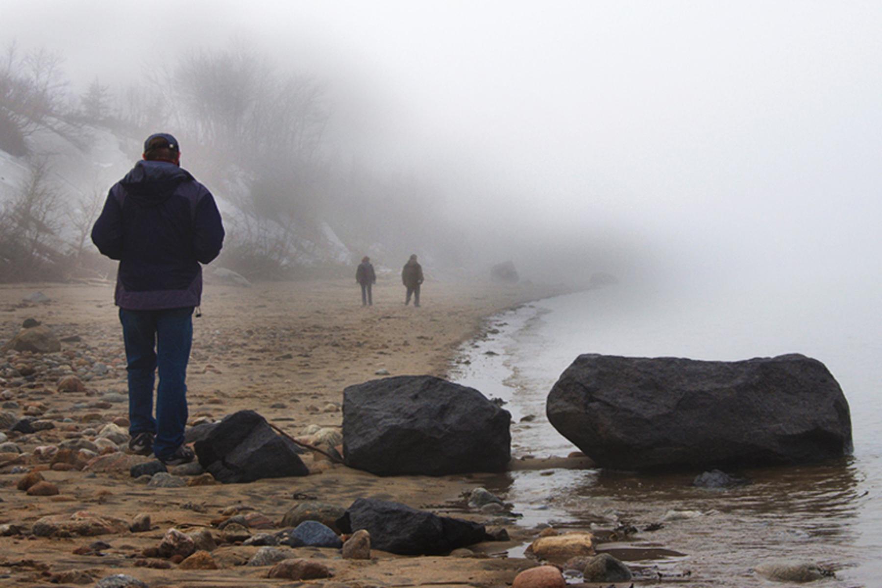 Promenade sur la plage brumeuse