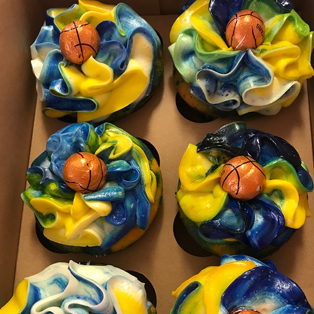 Golden State Worriers inspired cupcakes for a customer 🏀🏀🏀 #unklotlv #unklot #lasvegas #vegas #fo