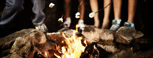 Táborový oheň v noci