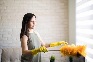 femeie curata roletele textile