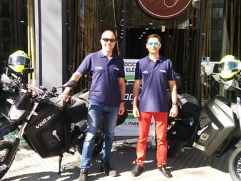 Dos aventureros inician la primera Vuelta a Andalucía en moto eléctrica