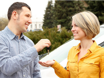 Los beneficios de alquilar tu coche eléctrico a personas como tú