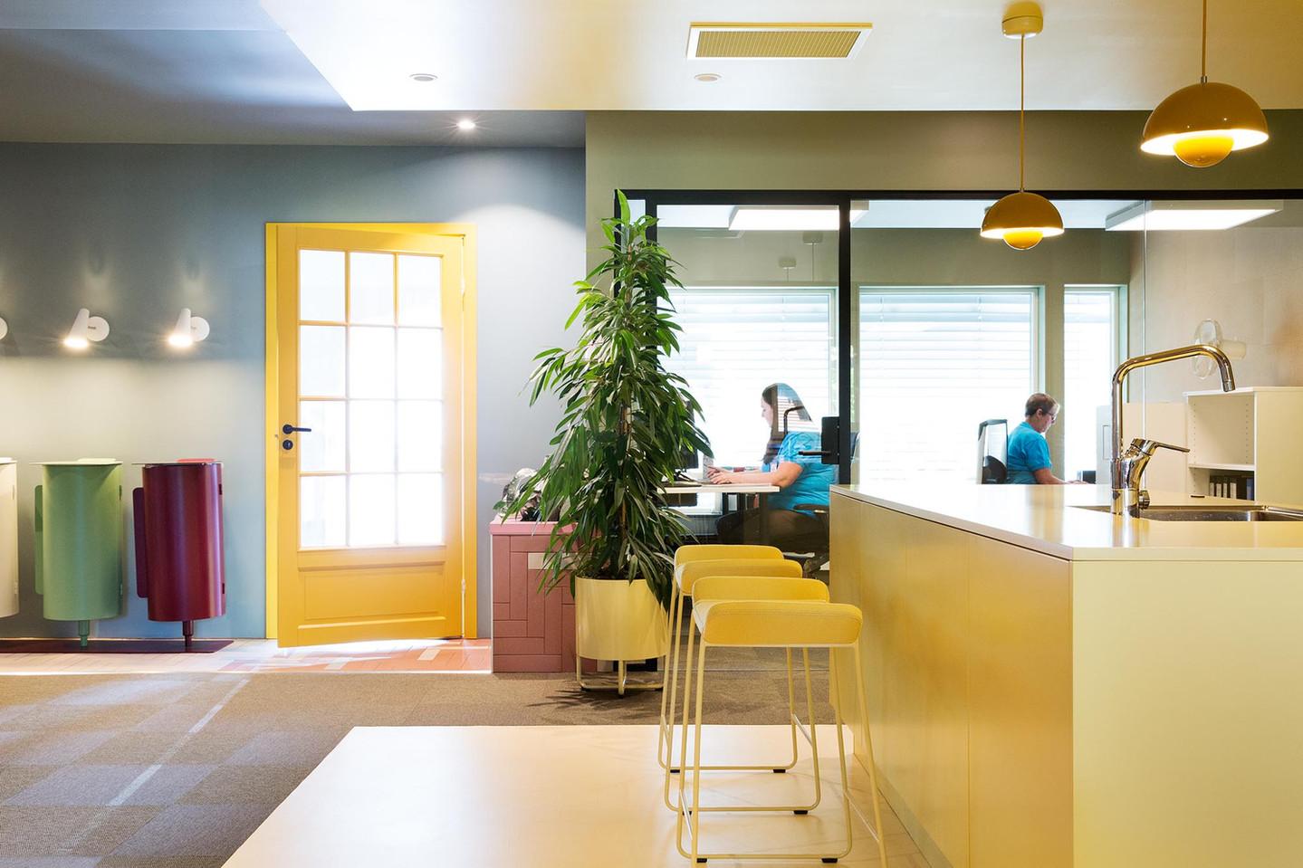 Kjøkken, kontor og hovedinngang