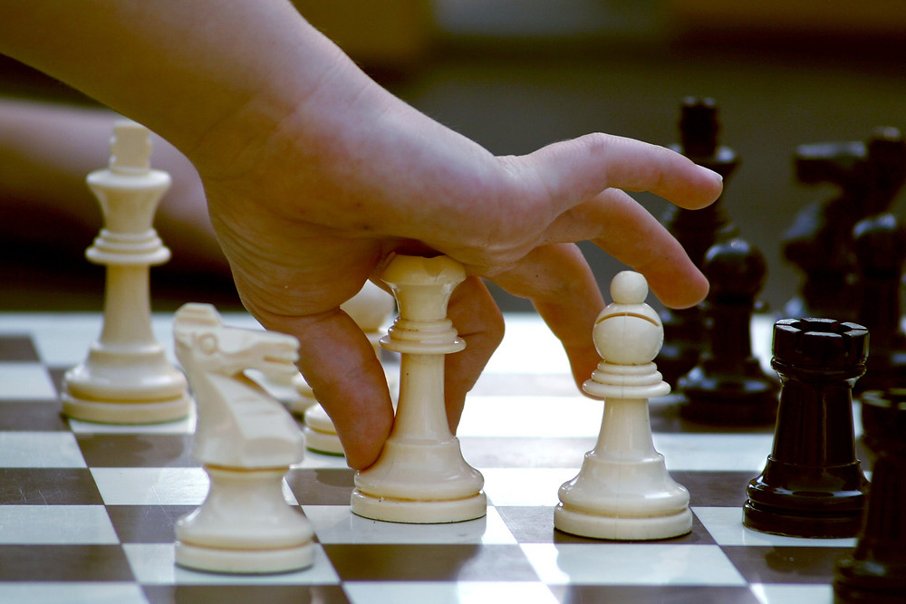 Kinderhand, die Schachfigur bewegt