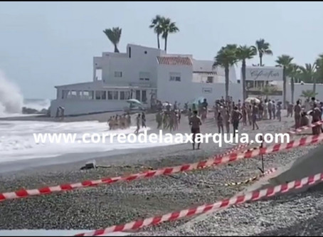 Socorristas de Torre del Mar evitan una tragedia con varios bañistas rescatados