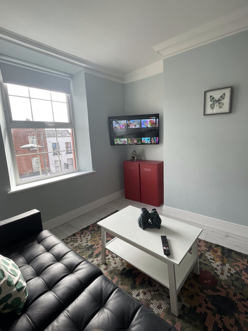 Tv mounted in the corner , Airbnb apartment in Dublin 1