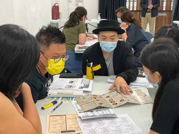 導師與學員討論外賣紙排版