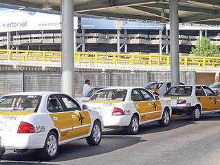 Sanciona COFECE a sitios de taxis del AICM por prácticas monopólicas absolutas