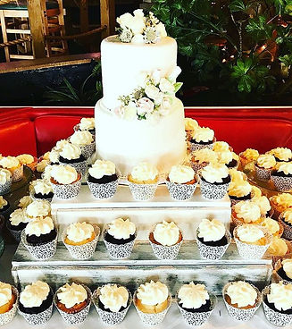 Wedding cake and cupcakes! 🎂__#morningb