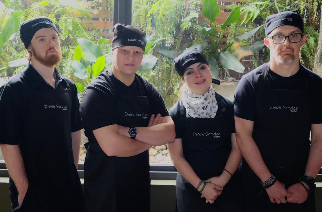garçons down service buffet