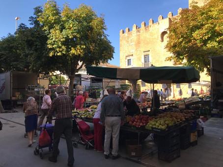 Represa parcial del mercat setmanal de la Bisbal ambles parades de productes frescos d'alimentació