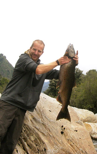 Pesca salmon chinoox, rio cochamó,Camping, Trekking, Hostal B&B, Valle de Cochamó, inicio del sendero a La Junta, alojamiento, hospedaje