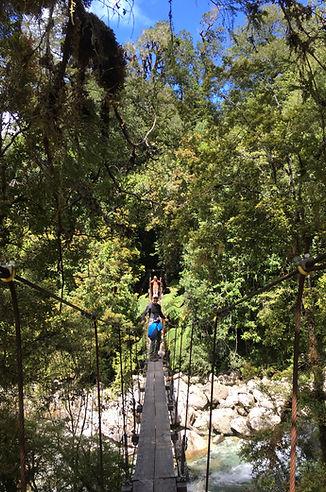 Puente colgante, sendero a la Junta valle de Cochamó