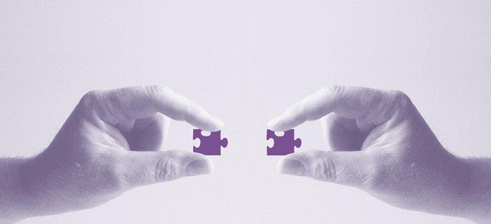 handen met puzzelstukken