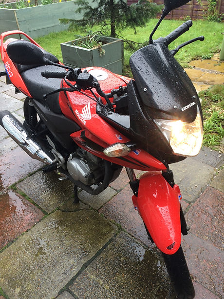 HondaCBF125%20Red%202011%20front%20light