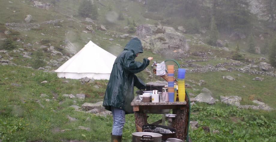 Auch im strömenden Regen wird abgewaschen