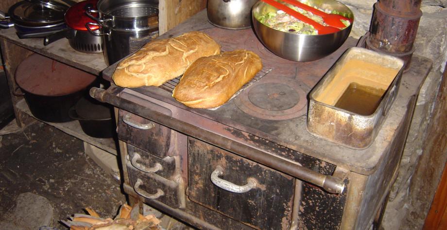 Frisches Brot aus dem alten Ofen