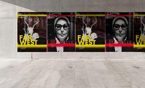 Une série d'affichette d'exposition collées au mur pour The recording Gallery