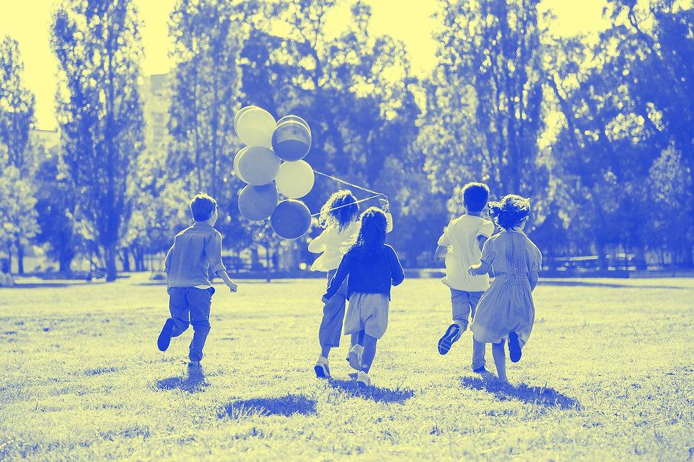 enfants-ballons-bleu-jaune.jpg