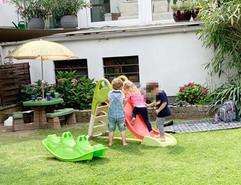 Freies Spiel im Garten mit der Rutsche