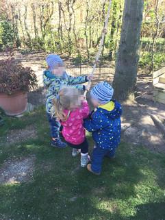 Kletterseil Spaß im Garten der Tagesmutter