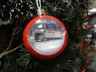 Новогодний шар на елку с летающими снежинками и леденцами внутри