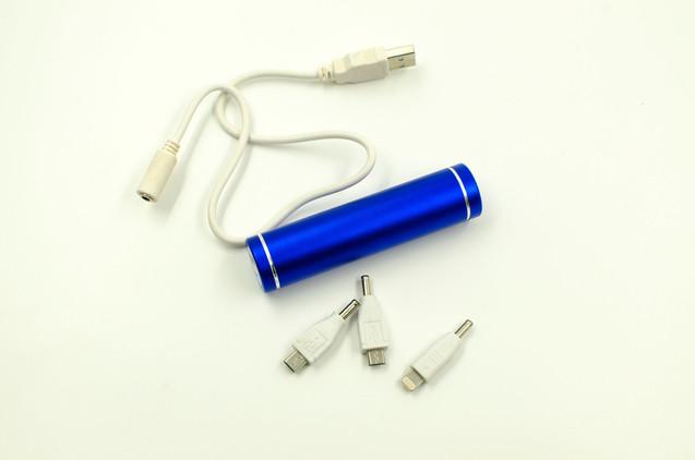 Power Bank синего цвета с комплектом зарядок