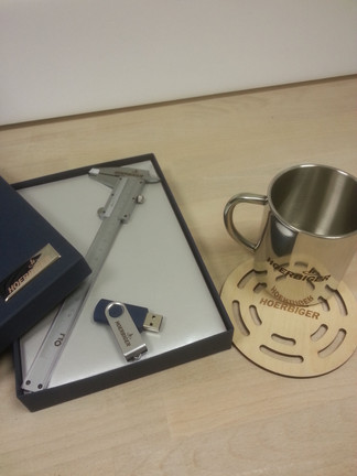 Штангенциркуль с гравировкой логотипа компании, флешка, металлическая чашка