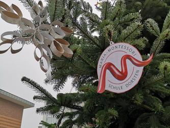 Grundschule: Weihnachtsbaumschmücken mit unserem Hubsteiger