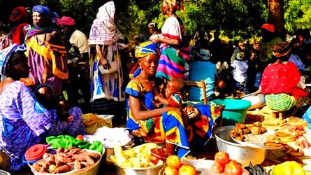 Le marché traditionnel africain. Haut-lieu de la vie sociale.