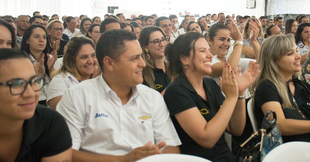 Equipe Autus Chevrolet Uberlândia durante apresentação da Cia. Traquitana
