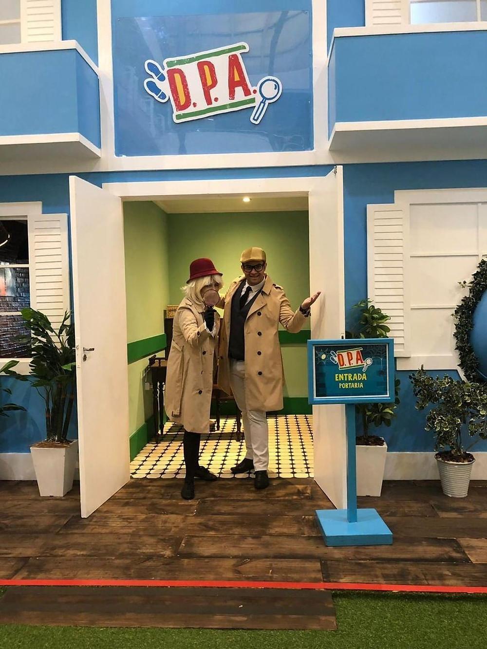 Detetives da Cia. Traquitana dão as boas-vindas no  Prédio Azul do Center Shopping