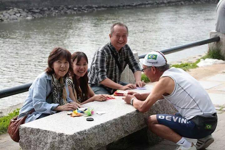 ガイド仲間とガイド仲間の家族と。ドーム前で鶴を折っていると観光客の方々が興味を持