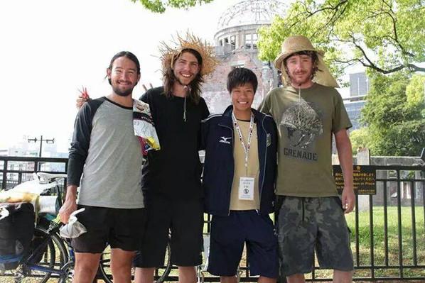 自転車で日本一周中に原爆ドームに寄ってくれた。_オーストラリアとイギリス出身の男