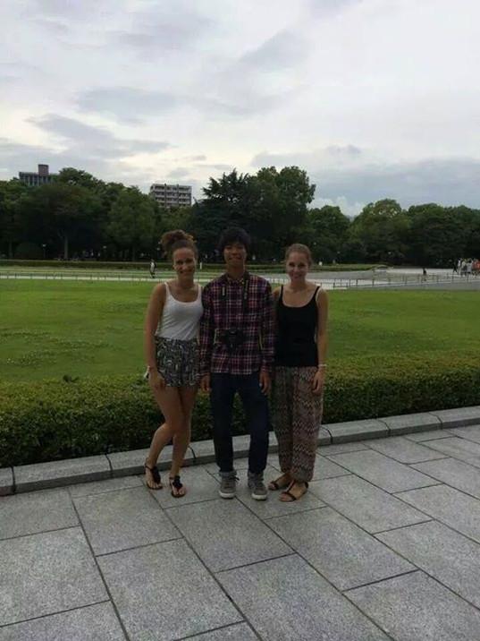 スイス人の美人な二人組。二人に囲まれちょっと緊張ぎみ。広島の風景はとても綺麗と言