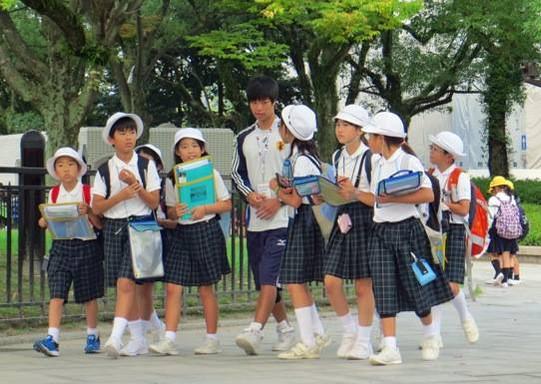 先生に許可を取り小学生をガイド。毎年何万人もの学生が修学旅行や遠足で来る。ここが