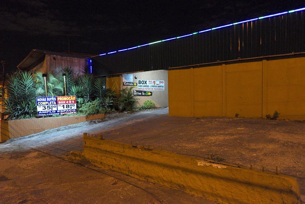 Der Eingang eines Drive In's in Sao Paulo, Brasilien in der Nacht. Am Eingang der Garage sieht man Preis Schilder.