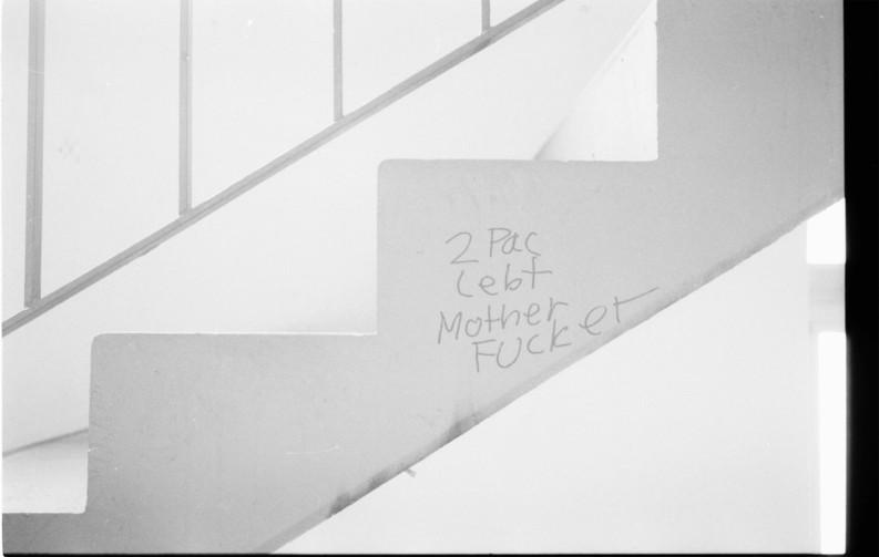'2Pac lebt Motherfucker' Graffiti im Treppenhaus in der Gropiusstadt in Berlin Neukölln.