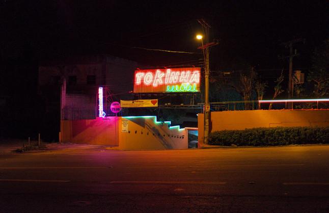 Der Eingang eines Drive In's in Sao Paulo, Brasilien. Viele Neon Lichter per Nacht.