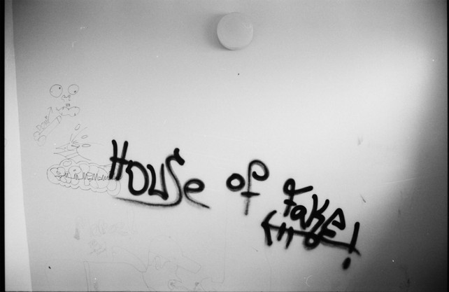 'House of Fake' Graffiti im Treppenhaus in der Gropiusstadt in Berlin Neukölln.
