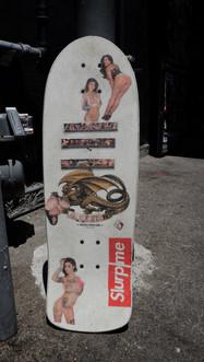 Ein selbst gestaltetes Skateboard mit Pin-up's in Kalifornien, USA