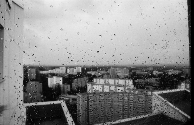 Sicht durch ein verregnetes Fenster mit Blick auf das Viertel in der Gropiusstadt in Berlin Neukölln.