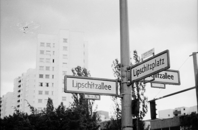 Straßenschilder in der Gropiusstadt in Berlin Neukölln. Lipschitzalle