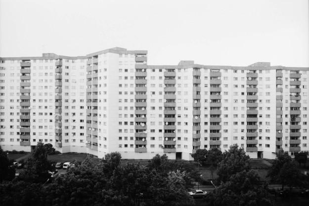 Die graue Fassade eines Plattenbaus in der Gropiusstadt in Berlin Neukölln.