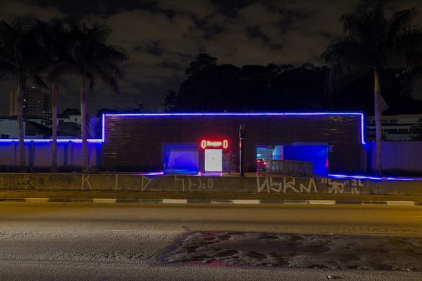 Ein Drive In in Sao Paulo, Brasilien. Viele Neon Lichter per Nacht. Liebes Garagen